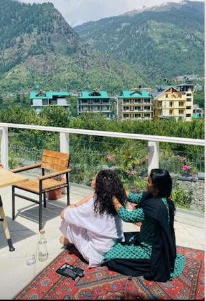 Kangana Ranaut reaches Manali after testing negative for Corona, gets pampered by mother